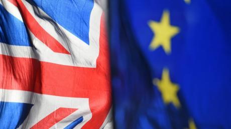 Die britische und die EU-Flagge. wehen in Zukunft nicht mehr vereint im Wind. Der Abschied wird jetzt endgültig besiegelt.