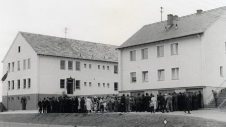 Der Tag der Einweihung am 7. Mai 1961: Die Dorfgemeinde Todtenweis versammelte sich vor Schulhaus und Lehrerwohnhaus. Die Eingänge zum Schulhaus waren festlich geschmückt.