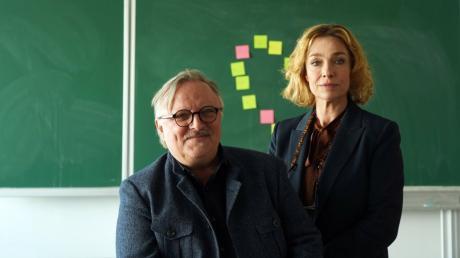 """Axel Prahl (hier mit Dörthe Aglaia Szyszkowitzy) spielt in """"Extraklasse2+"""" die Rolle des Lehrers Ralph Friesner. Die Komödie läuft am Montagabend im ZDF."""
