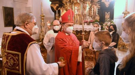 Der Augsburger Bischof Dr. Ber-tram Meier spendete in Thierhauptens Pfarrkirche St. Peter und Paul das heilige Sakrament der Firmung. Links  Thierhauptens Pfarrer Werner Ehnle.