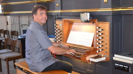 Kirchenmusiker Markus Hubert an der Jann-Orgel in der Stadtpfarrkirche St. Martin in Illertissen. Für den Monat Mai hat er ein besonderes Programm zusammengestellt.