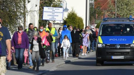 In Zusmarshausen haben an die 100 Menschen gegen die Corona-Auflagen demonstriert.