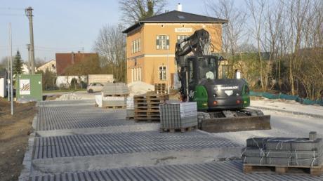 Das Bahnhofsumfeld in Tapfheim erhält derzeit ein neues Gesicht. Dort werden Park-and-ride-Parkplätze angelegt.