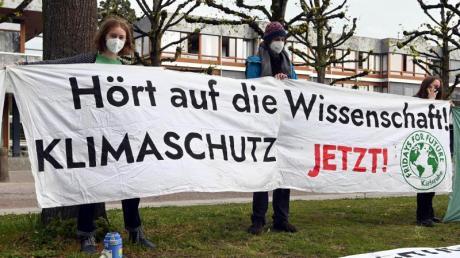 Mitglieder der Karlsruher Gruppe von Fridays for Future vor dem Bundesverfassungsgericht.