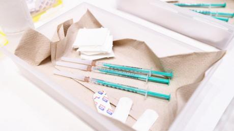 Beschäftigte an weiterführenden Schulen im Augsburger Land sollen an einem Wochenende im Mai bei einer Sonderaktion gegen Corona geimpft werden.