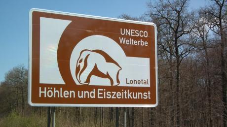"""An der A7 weißt ein neues Schild mit Mammut auf das UNESCO-Welterbe-Gebiet """"Höhlen und Eiszeitkunst der Schwäbischen Alb"""" hin."""