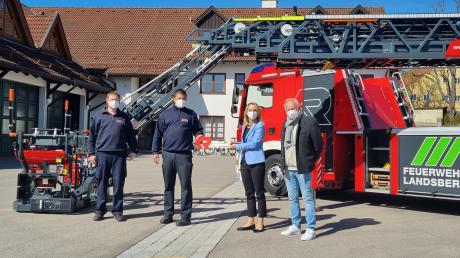 Landsbergs Oberbürgermeisterin Doris Baumgartl übergibt Stadtbrandinspektor Markus Obermayer symbolisch den Schlüssel für die neue Drehleiter. Christian Wind, stellvertretender Kommandant und Feuerwehrreferent Franz Daschner (rechts im Bild) waren mit dabei.