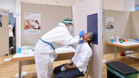 Jeder kann sich im neuen Testzentrum im Gersthofer City-Center kostenlos auf das Virus untersuchen lassen. Auch die Ehrenamtlichen des BRK werden vor jeder Schicht getestet.