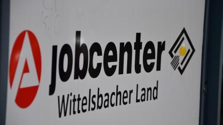 Die Zahl der Arbeitslosen ist leicht gesunken. Das meldet die Agentur für Arbeit in Aichach.