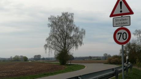 Die Ortsverbindungsstraße von Pfaffenhofen nach Donaumünster ist in einigen Bereichen dringend sanierungsbedürftig, wie hier kurz nach der Einmündung von der DLG 23.