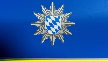 Die Polizei sucht Unbekannte, die einen Schafkopf auf einer Wiese bei Hirblingen abgelegt haben.