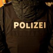 Das Kommissariat Operativer Staatsschutz bei der Kriminalpolizei Augsburg hat am Freitag Wohnungen im Aichacher Stadtgebiet und in Augsburg durchsucht.
