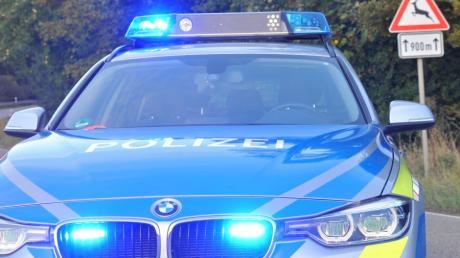 Bei einem Verkehrsunfall mit seinem Motorrad erlitt der 55-jährige Biker Freitagnachmittag bei Langweid am Lech schwere Verletzungen.
