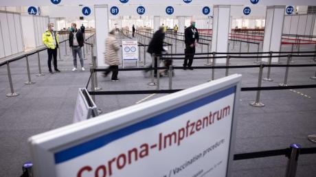 Zwei Senioren (M)sind im Eingangsbereich des Corona-Impfzentrums in den Hamburger Messehallen auf dem Weg zur Impfung.