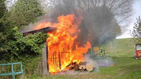 In Nattenhausen ist am Freitagnachmittag ein Holzschuppen in Brand geraten.