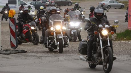 Rund 60 Motorradfahrer starteten am Plärrergelände zu einer Fahrt nach Nürnberg, um gegen Motorradfahrverbote am Wochenende und Feiertagen zu demonstrieren.