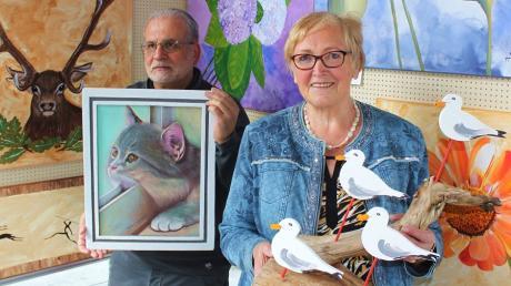 Ihre neuesten Werke und Kunstarbeiten präsentieren die beiden Langweider Hobbykünstler Sigrid Hofer (rechts) und Marwan Hamdoun (links) über den gesamten Monat Mai hinweg im Meitinger Infoturm am örtlichen Rathausplatz.