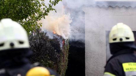 Holzpalisaden und Gebüsch brannten am Donnerstag in Friedberg.