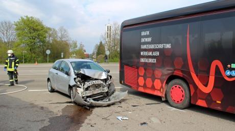 Bei Gerlenhofen sind ein Bus und ein Auto zusammengestoßen.