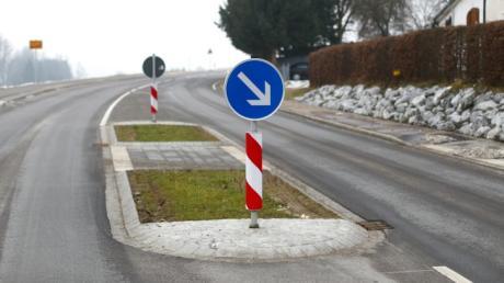 Wegen dieser Verkehrsinsel am Ortseingang von Biberachzell hat ein Anwohner gegen den Landkreis Neu-Ulm geklagt.