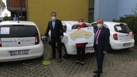 Die Diakoniestation Senden-Nersingen-Steinheim erhielt einen Förderscheck für neue Elektrofahrzeuge. Im Bild: (von links) Florian Pronold, Cornelia Klee und Karl-Heinz Brunner.