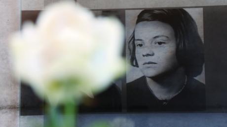Ein Foto von Sophie Scholl am Geschwister-Scholl-Haus in Ulm.