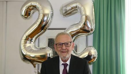 Auch, wenn die Fünf sich weggedreht hat: Seit 25 Jahren -  nicht 22 -  ist Klaus Habermann Aichacher Bürgermeister. Mit den Luftballons und Sekt haben ihn seine Mitarbeiter am Montag im Rathaus empfangen.