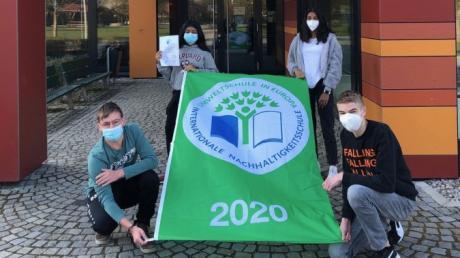 Stolz präsentieren (von links) Ben Schlesiger, Jenany Arulnimalan, Anistella Anton und Daniel Swoboda, stellvertretend für ihre Mitschüler die erneut verliehene Umweltfahne.