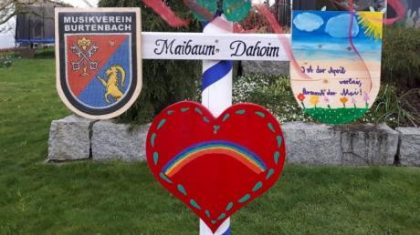 """""""Maibaum Dahoim"""" - die gemeinsame Aktion des Musikvereins Burtenbach wurde zu einem überwältigenden Erfolg."""