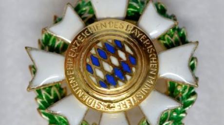 Das Ehrenzeichen des Bayerischen Ministerpräsidenten darf zu festlichen Anlässen getragen werden. Zwei engagierte Persönlichkeiten aus dem Landkreis haben es jetzt bekommen.