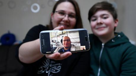 Per Video sprach der an Leukämie erkrankte Matthias Mark aus dem Krankenhaus mit Frau Tanja und Sohn Sebastian.