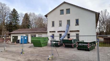 Mit Abbrucharbeiten in der Alten Schule auf dem Obermeitinger Kirchberg haben die Bauarbeiten für die Erweiterung der Kindertageseinrichtung St. Mauritius begonnen.