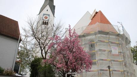 Die Michaelskirche in Schwabmünchen wird aufwendig saniert. Das Dach und der Innenraum wurden im vergangenen Jahr bereits erneuert. Nun sind Apsis und Seitenschiffe an der Reihe.