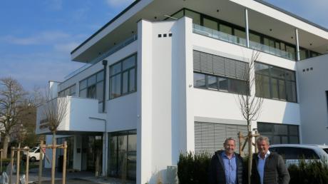 Inhaber Karl Staudinger (links) und Architekt Thomas Meese sind stolz darauf, was aus dem umstrittenen Bauprojekt an der Metzstraße geworden ist.
