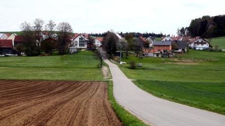 Die Stadt Weißenhorn möchte eine  Ausgleichsmaßnahme im Osterbachtal umsetzen. Der Planungsbereich liegt westlich und südwestlich von Unteregg, das hier im Hintergrund zu sehen ist.