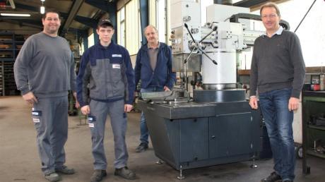 Metallbaumeister Albert Lauter (von links) ist stolz auf den Erfolg seines ausgebildeten Gesellen Timo Müller, und darüber freuen sich auch die Chefs Rupert und Alois Renner.