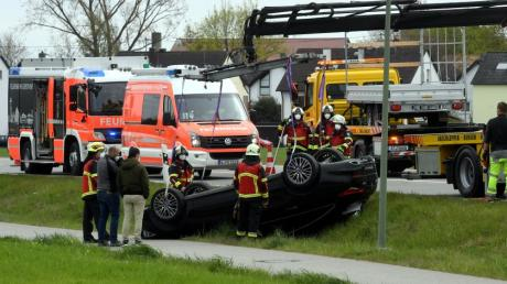 Auf der Donauwörter Straße in Gersthofen geriet aufgrund einer Windböe ein Auto mit Anhänger außer Kontrolle und landete auf dem Dach.
