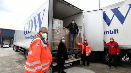 Startpunkt für den Hilfstransport des Roten Kreuzes nach Bosnien war am Dienstag die Spedition GDW in Gersthofen. Im Bild (von links) Fahrer Peter Hoffmann, die Vizepräsidentin des Bayerischen Roten Kreuzes, Brigitte Meyer, Daniel Wild von GDW, Fahrer Herbert Hirsch und Alexander Leupolz vom Bayerischen Roten Kreuz.