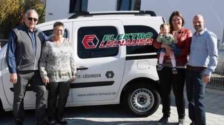 70 Jahre nach der Firmengründung ist die Elektro Leinauer GmbH ein erfolgreiches Familienunternehmen mit zahlreichen Geschäftsfeldern. Im Bild (von links)  Geschäftsführer Hubert und Cornelia Leinauer, Carolin und Daniel Werner mit Töchterchen Linda.