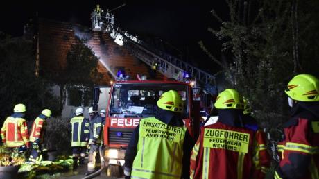 Ein Brand hat dieses Wohnhaus in Amerbach weitgehend zerstört. Die Feuerwehren aus Amerbach, Wemding und Oettingen waren im Einsatz.