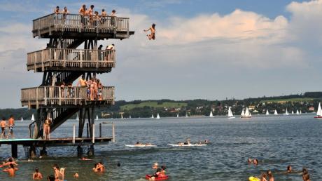 Der Zehnmeterturm ist das Wahrzeichen des Strandbads in Utting am Ammersee.