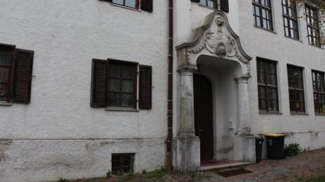 Der Meringer Gemeinderat diskutiert einmal mehr um die Zukunft des alten Klosters: hier das prächtige Portal mit den Muschelornamenten.