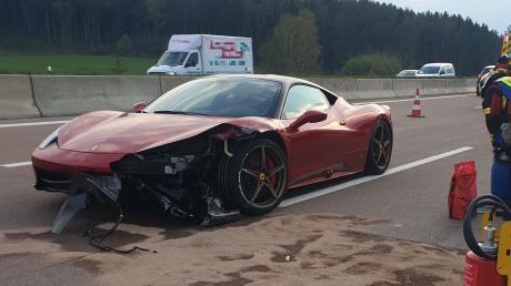 Bei Tempo 300 landete bei Adelsried dieser Ferrari an der Leitplanke.