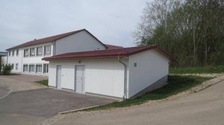 Vor allem der Neubau des Wasserpumpemhauses (vorne) im Gewerbegebiet sorgte für eine Verbesserung der Wasserversorgung in Inchenhofen. Die Gemeinde investierte rund 770.000 Euro in die Maßnahme.
