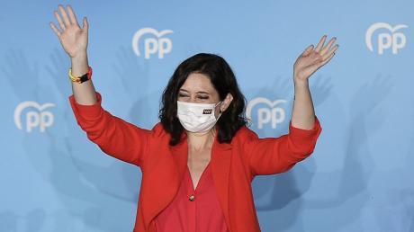 Die Spitzenkandidatin der konservativen Volkspartei PP, Isabel Diaz Ayuso, feiert ihren Wahlsieg im Großraum Madrid.