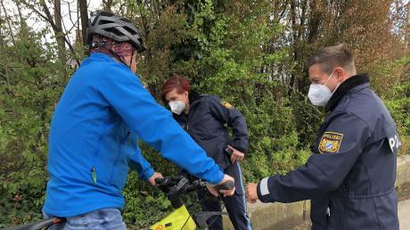 Bitte anhalten! Im Mai kontrollieren die Beamten, hier Claudia Wecker von der Günzburger Polizeiinspektion sowie Marcus Praschivka von der Krumbacher Inspektion, verstärkt Radfahrer. Nicht, um sie zu gängeln, sondern zur Sicherheit.