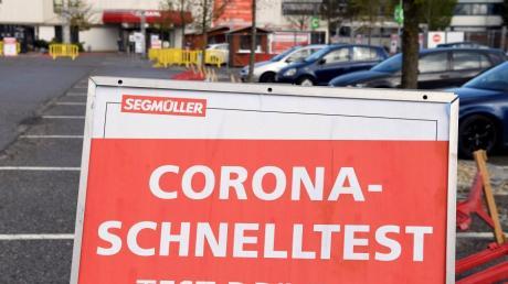 Bei Segmüller in Friedberg werden auf dem Parkplatz Corona-Tests durchgeführt