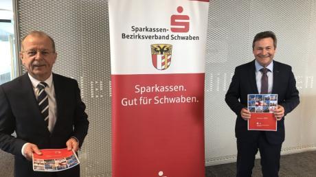 Der Bezirksobmann der schwäbischen Sparkassen, Thomas Munding (links), und der Vorsitzende des Sparkassen-Bezirksverbandes, der Dillinger Landrat Leo Schrell, stellten am Mittwoch in Günzburg die Kernzahlen der zehn Sparkassen für das zurückliegende Geschäftsjahr 2020 vor.