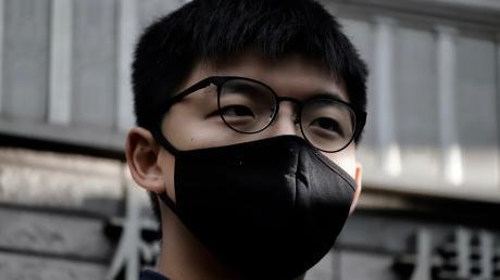 Der pro-demokratische Aktivist Joshua Wong hat an einer nicht genehmigten Demonstration teilgenommen - und muss noch länger in Haft als ohnehin schon.