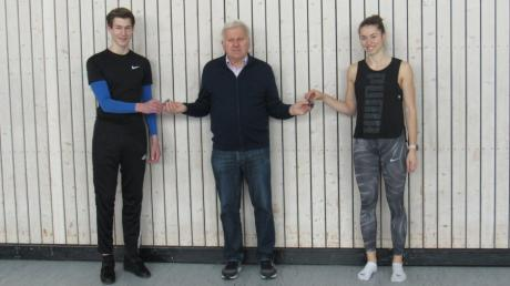 Tobias Stiastny und Angela Stockert gehören zu den besten 20 deutschen Leichtathleten in mehreren Disziplinen. Dafür übergab ihnen Abteilungsleiter Johann Kohler die goldene Bestennadel des DLV.